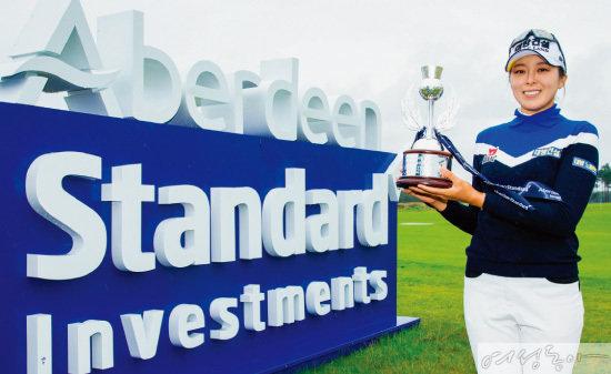 지난 8월 레이디스 스코티시 오픈 우승 직후 트로피를 들어보이고 있는 허미정 선수.