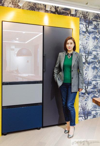 최근 이전한 조희선 대표의 사무실은 삼성 냉장고 '비스포크'의 서울 마포구 망원동 전시 스폿으로 선정됐다. 조 대표는 장 폴 고티에의 푸른 빛깔 벽지 등과 매치해 색감이 다양한 비스포크를 인테리어 요소로 활용했다.