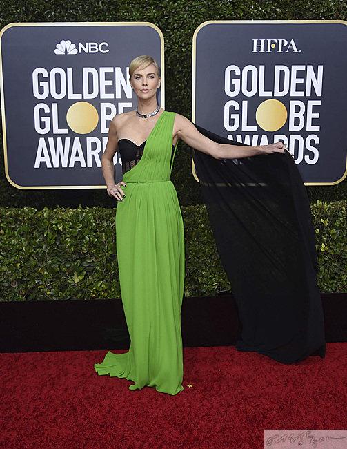 샤를리즈 테론은 실크 롱 드레스와 블랙 뷔스티에를 매치해 우아한 여신 미를 보여줬다는 평을 받았다.