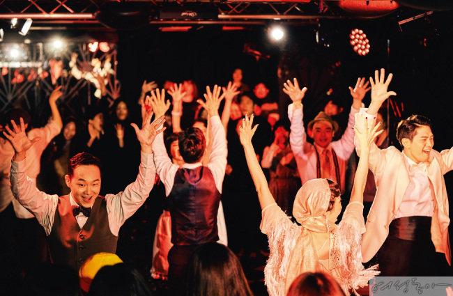 이머시브 공연 '위대한 개츠비'는 F. 스콧 피츠제럴드의 동명 소설 속 사교계 황제 개츠비의 파티를 무대로 미국의 황금기였던 1920년대 상류층의 문화를 고스란히 느낄 수 있다. 관객들은 개츠비 맨션에 들어서는 순간 공연에 참여하게 된다.