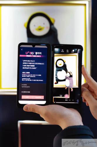 '팝업 갤러리'에서는 EBS 연습생 펭수가 퍼포머로 참여한 360도 AR 작품 2점을 만날 수 있다.