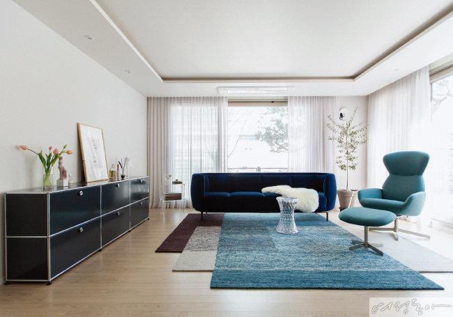 집의 첫인상인 거실. 화이트 공간을 도화지 삼아 클래식 블루 컬러 소품들이 오브제처럼 색색의 컬러를 펼쳐낸다.