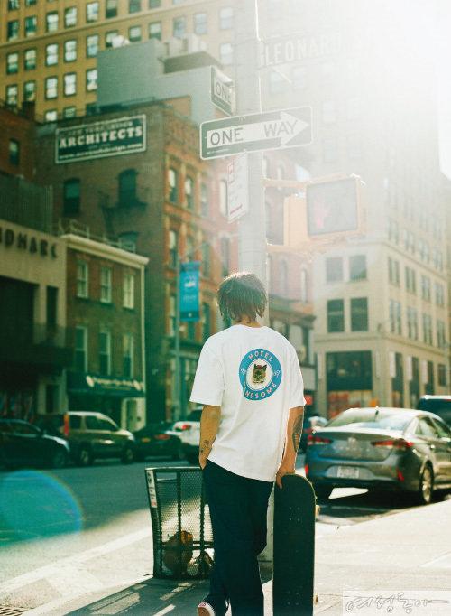 호텔 핸섬 캣 버틀러 백 프린트 티셔츠 4만9천원 비토우. 팬츠, 스니커즈 모두 스타일리스트 소장품.