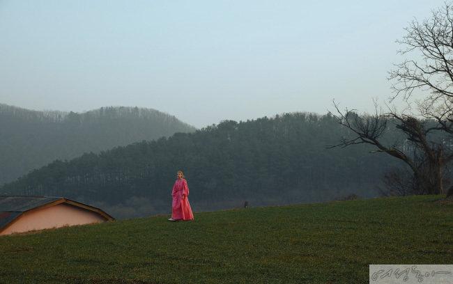 핑크 컬러 롱 드레스 89만8천원 잉크. 레이스업 부츠 23만8천원 레이첼콕스.