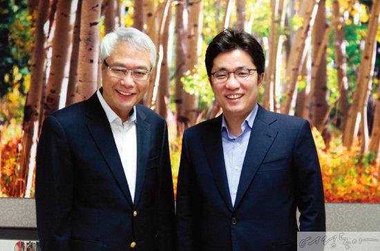 이롬을 만든 황성주 박사(왼쪽)와 함께한 김상민 대표이사. 두 사람은 기업의 이윤을 사회에 환원해야 한다는 같은 경영 철학을 갖고 있다.