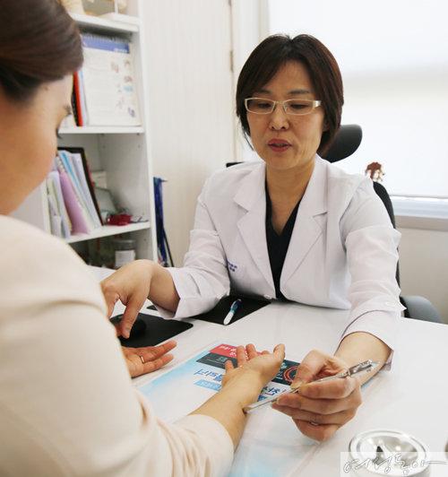 한경림 기찬마취통증의학과 원장은 대장포진을 예정하기 위해서는 면역력을 강화해야 하며 50대 이상은 대상포진 예방접종도 고려해 볼 만하다고 말한다.