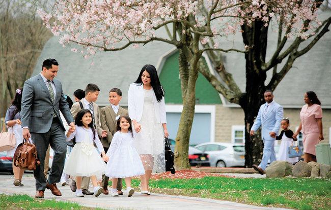 미국 NY 뉴윈저 하나님의 교회에서 열린 유월절 대성회에 참석하는 가족들.