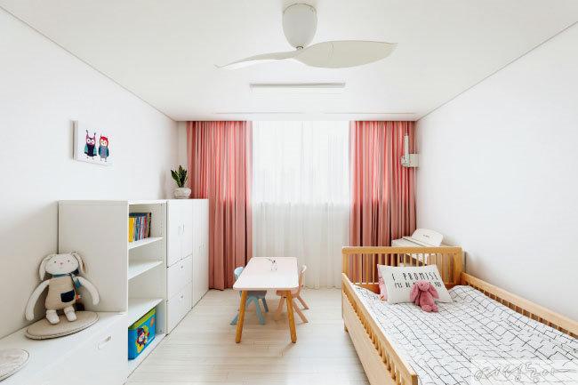 햇살이 부서져 내리는 딸 예린이의 방. 아이의 눈높이에 맞춘 수납장을 짠 덕분에 아이가 직접 옷을 고르고 정리하는 일이 잦아졌다.