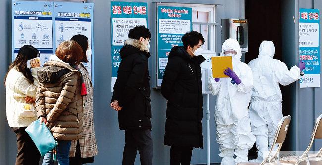 대구의료원을 찾은 시민들이 진료 차례를 기다리고 있다.