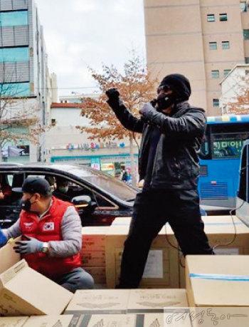 마스크 나눔을 위해 대구에 방문한 김보성.
