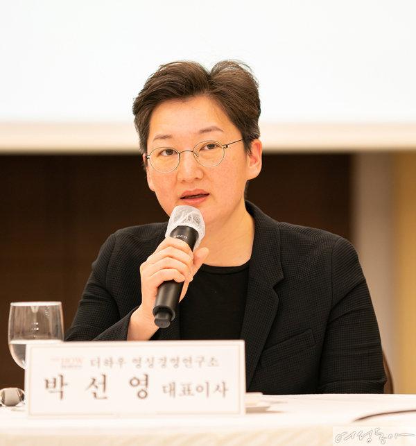 기자들의 질의에 대답하고 있는 박선영 더하우 영성경영연구소 대표.