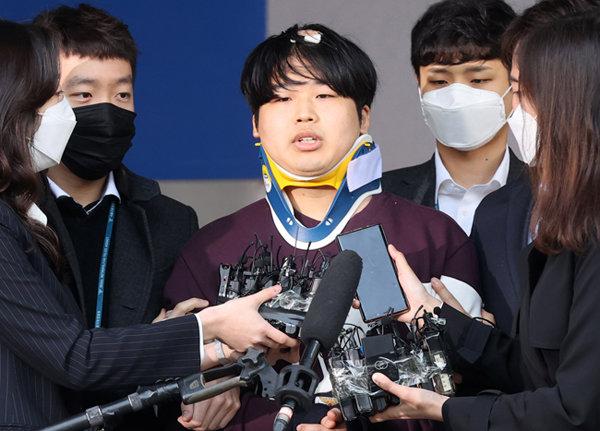3월 25일 미성년자를 포함한 여성들을 협박, 성 착취물을 제작·유포한 텔레그램 박사방의 운영자 조주빈(25)이 검찰에 송치되기 전 취재진 포토라인 앞에 섰다. [동아DB]