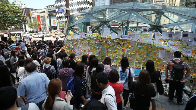 4년 전 5월, 서울지하철 2호선 강남역 10번 출구에 마련된 '화장실 묻지 마 살인' 피해자 추모장소에 시민 행렬이 이어지던 모습. [동아DB]