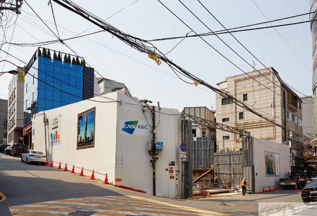김희애는 지난해 11월 주차장을 헐고 건물 신축 공사를 시작했다.