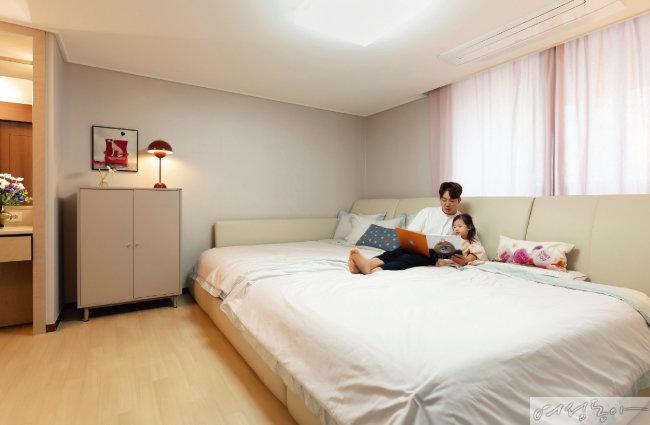 아이와 함께 마음껏 뒹굴며 놀고 편안하게 잠잘 수 있는 침대로 가득 찬 안방.  침대 프레임은 밀라노리빙, 매트리스는 씰리.