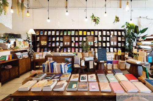 에세이류를 중심으로 1천여 권의 책이 정리된 독립서점 코너.