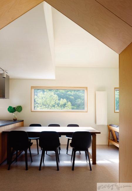 시시각각 변화하는 자연을 액자처럼 차경한 2층의 거실 전경. 'ㅅ'자 모양의 박공지붕 디자인과 어울려 공간 내 아트홀 이상의 효과를 연출한다.
