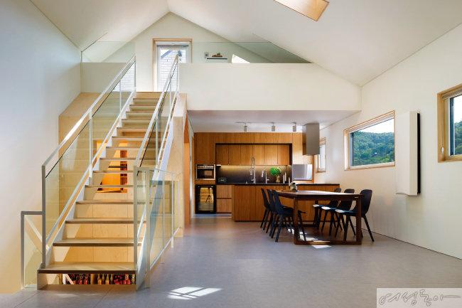 2층 전경. 주방과 거실, 아내의 서재 등이 한 공간에 입체적으로 녹아 있다.
