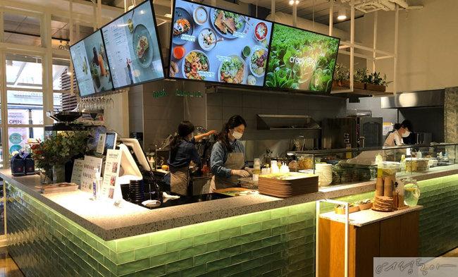 동원그룹이 새롭게 선보이는 샐러드 카페 '크리스피 프레시' 내부.