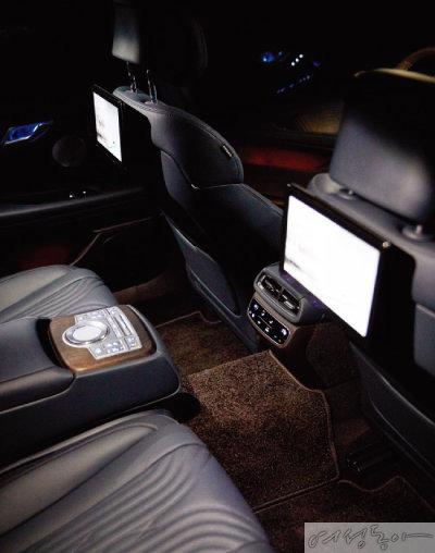 뒷좌석 듀얼 모니터와 팔걸이 컨트롤러를 적용해 동승자의 편의성을 높였다