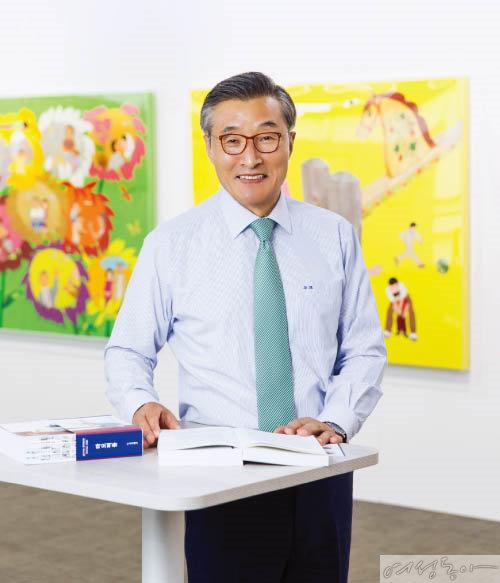 현대 중국을 만든 아버지로 불리는 마오쩌둥 평전을 펴낸 김상문 아이케이그룹 회장은 읍면 단위 학생들에게 책을 기증하는 나눔을 실천하고 있다.