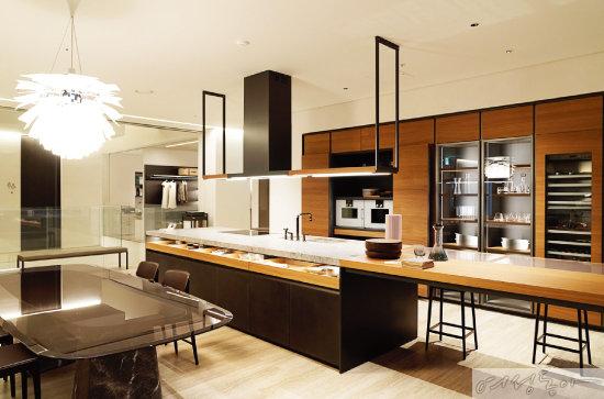 1층에서 만날 수 있는 다다의 'VVD' 컬렉션. 벨기에를 대표하는 건축가 빈센트 반 듀이센이 디자인했다.