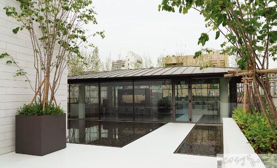 루프톱에 조성된 '글래스 하우스'는 집에 대한 가치를 교감하는 복합 문화 공간이다.