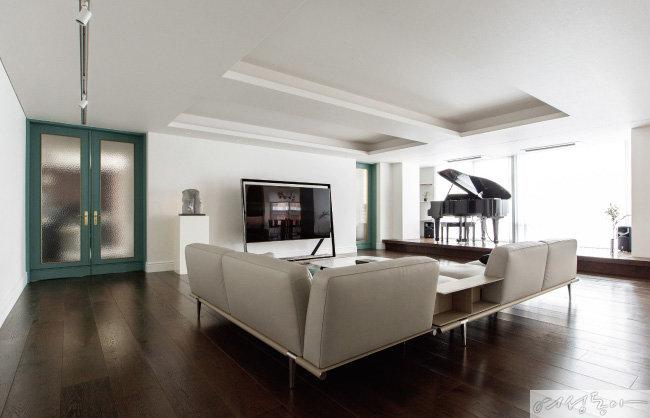 집 안으로 들어섰을 때 시선이 닿는 곳에 놓인 그랜드 피아노. 단 높이를 올려 마치 콘서트홀에 온 듯하다.