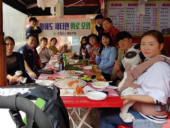 이승원 이비티에스협동조합 이사장이 5월 20일 인천 논현동 소래포구의 한 횟집에서 황해도 출신 탈북민들과 식사를 하고 있다. [사진 제공 이비티에스협동조합]