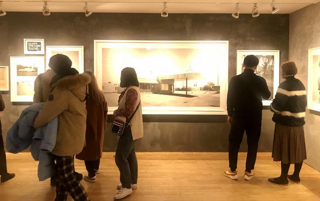지난해 초 '나는 코코 카피탄, 오늘을 살아가는 너에게'가 진행되고 있는 대림미술관 전시관 풍경. 관객들로 붐벼 사진촬영이 쉽지 않았다.