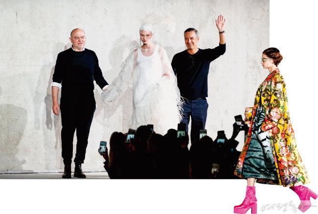 컬렉션을 마치고 함께 피날레 무대에 오른 오트 쿠틔르의 거장 크리스찬 라크르와(왼쪽)와 드리스 반 노튼(오른쪽).