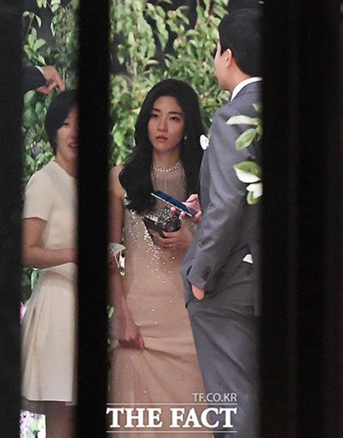 약혼식 직후 포착된 이날의 주인공 서민정-홍정환 씨 커플.