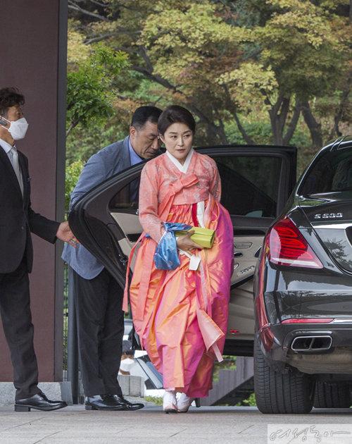 예비 신부의 모친이자 서경배 회장의 부인 신윤경 씨는 짙은 분홍색 한복을 입었다.