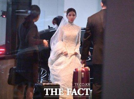 정기선 현대중공업지주 경영지원실장 부사장과 예비 신부가 서울 종로구 포시즌스호텔 결혼식장으로 들어서는 모습. 예비 신부는 시어머니 김영명 예올 이사가 입었던 웨딩드레스를 물려 입었다.
