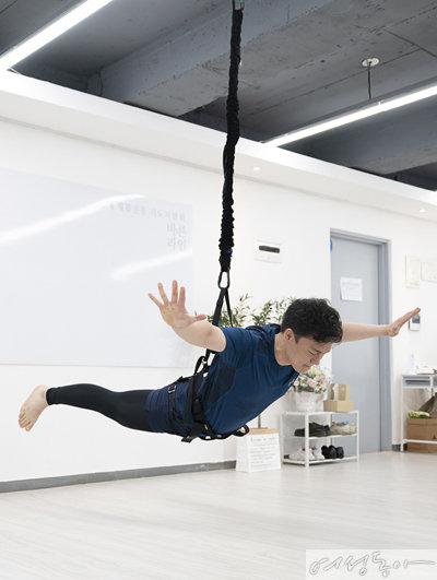 영화 '미션 임파서블'의 한 장면처럼 날아오르기에 성공했다.