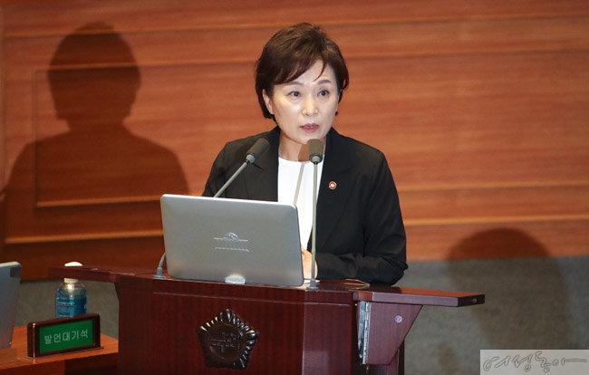 23일 국회에서 열린 대정부질문에서 답변하는 김현미 국토교통부 장관. [뉴시스]