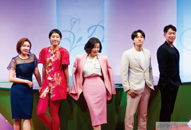 '다시 뜨거워지고 싶은 애로부부'의 MC 5인방. 이상아, 홍진경, 최화정, 이용진. 양재진(왼쪽부터).