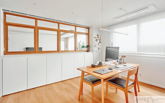 블루그린 컬러 소파와 360도 회전 가능한 원목 창, 우드 소재 바닥재를 사용해 자연스럽고 편안한 공간 연출이 완성됐다.