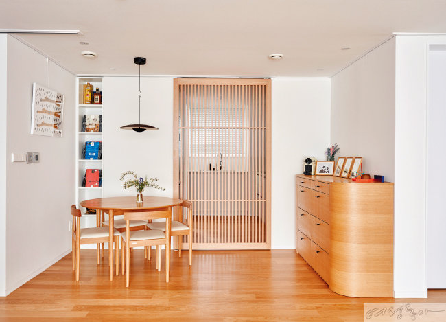 주방과 다이닝룸은 슬라이딩 간살도어를 설치해 공간 분리를 꾀했다.