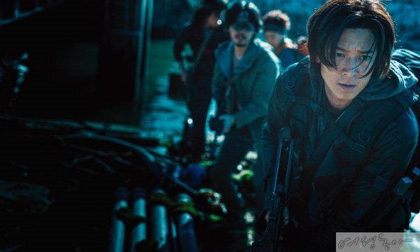 강동원은 영화 '반도'에서 좀비가 점령한 반도에 다시 돌아가 사투를 벌이는 전직 군인 정석을 맡았다.