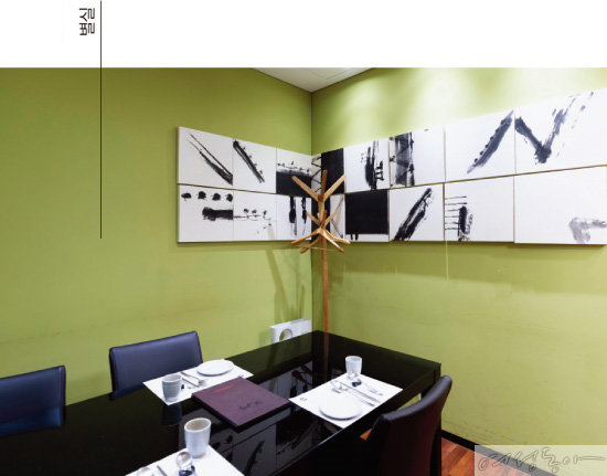 홀이 있는 본관과 룸으로 구성된 별실이 분리되어 모임이나 상견례에도 제격이다.
