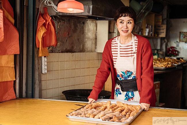 8월 12일 개봉하는 '오케이 마담'에서 꽈배기 맛집 사장으로 출연하는 엄정화.