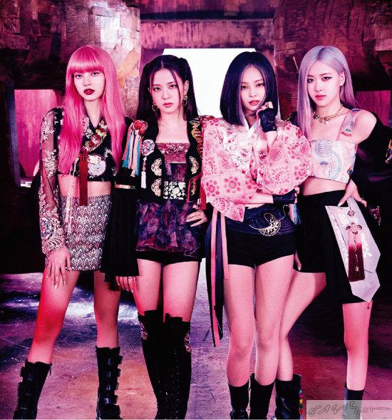 신곡 뮤직비디오에서 현대적인 감각의 한복을 입어 화제를 모은 블랙핑크 멤버들 모습. 왼쪽부터 리사, 지수, 제니, 로제. 넷 중 제니와 로제가 단하의 한복을 착용했다.