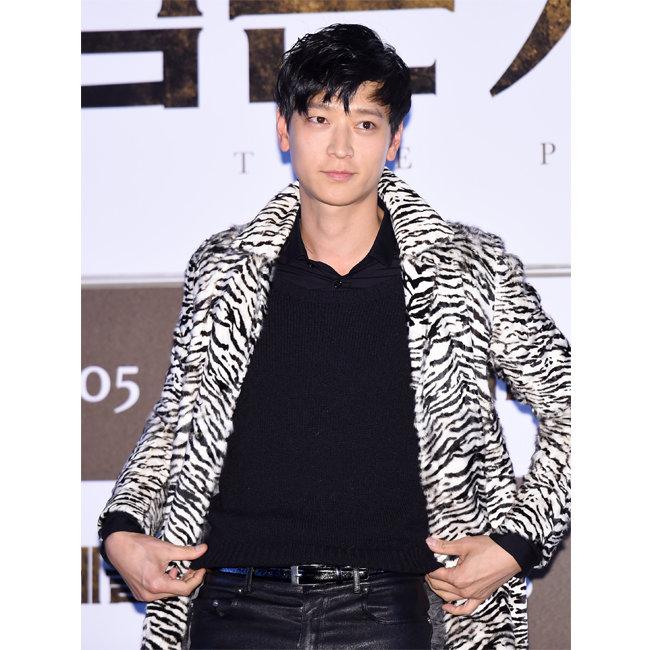2015년 영화 '검은 사제들' 시사회에 참석한 강동원. 호피 재킷은 생로랑.