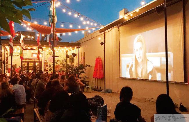 '파크라이프'에서는 뒷마당에서 영화를 즐길 수 있다.