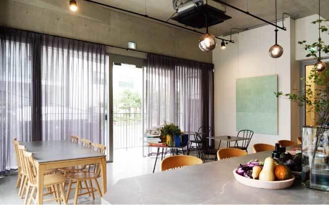 모던하고 내추럴한 양출서울의 내부 전경. 오른쪽 벽면의 그림은 자연을 소재로 한 운우 작가의 작품.