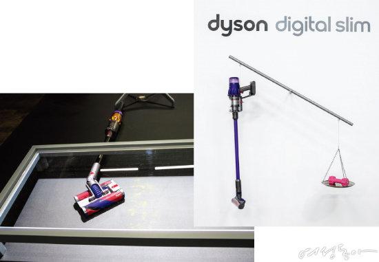 전 방향 자유자재로 회전하는 다이슨 옴니-글라이드™ 헤드(왼쪽). 2kg 아령과 1.9kg 다이슨 디지털 슬림™을 저울에 올려 무게를 비교하고 있다.