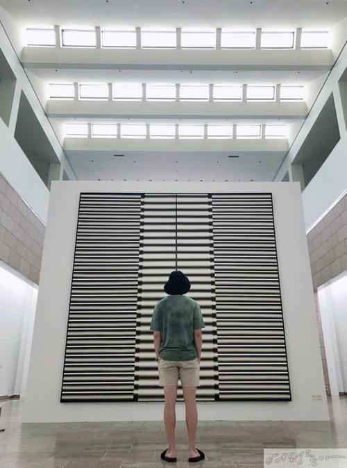국립현대미술관 과천관에서 이승조 전시를 관람하는 RM. [사진제공 BTS 트위터]