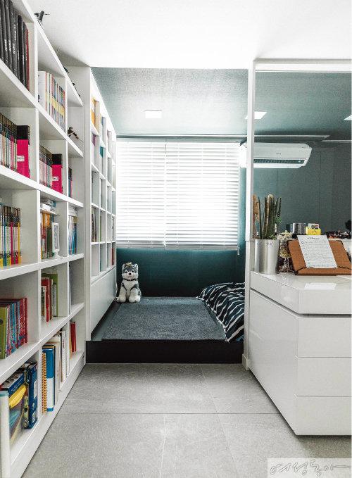 책상 맞은편에는 오픈 책장을 설치해 독서를 하며 휴식을 취할 수 있는 공간을 마련했다.