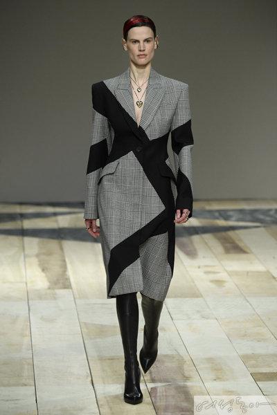 전지현이 입은 코트는 2020 F/W 알렉산더 맥퀸의 의상이다.